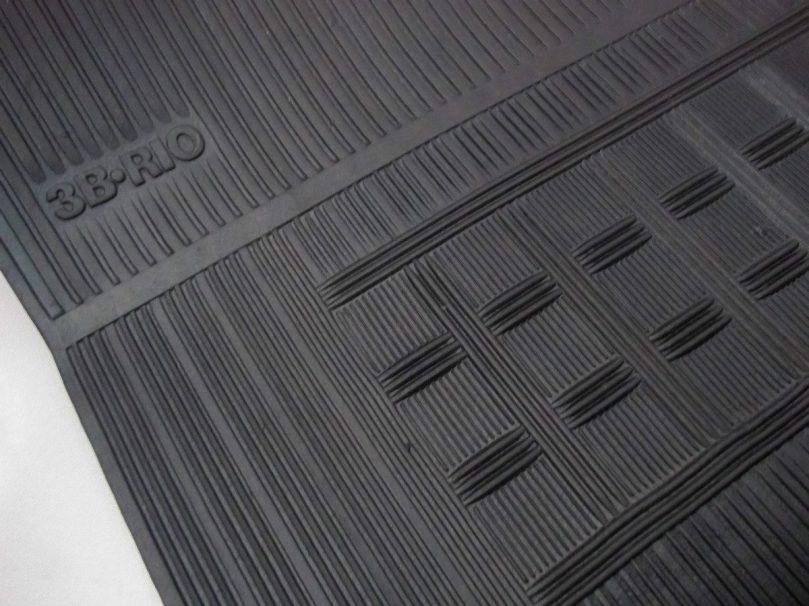 Imagem em close de um tapete de borracha para veículos.