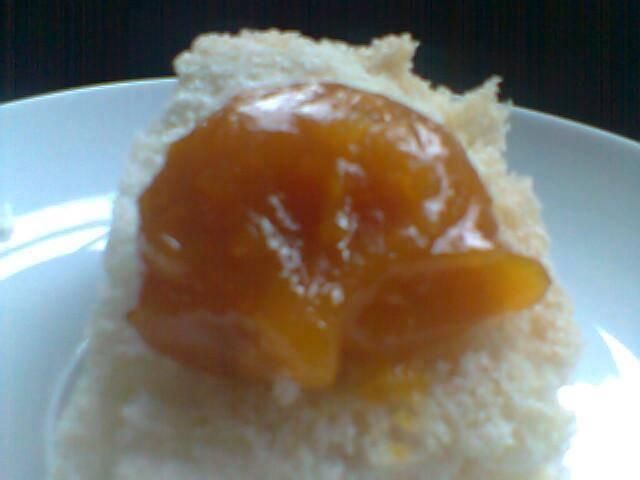 Foto de um prato, com um pedaço de pão branco coberto por uma porção de doce de abóbora.