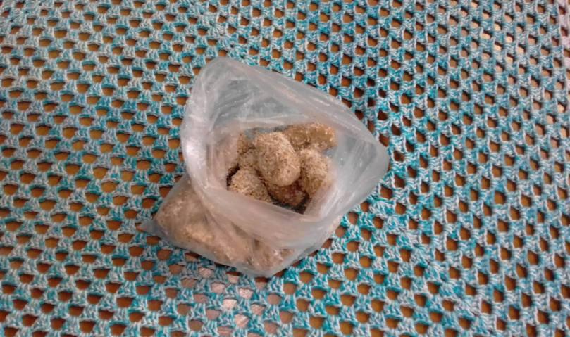 Foto de um saco plástico transparente com alguns croquetes já prontos para fritar.