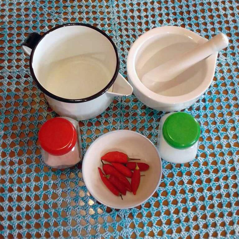 Foto dos itens necessários para a receita de creme dental sobre uma mesa com um pano azul.